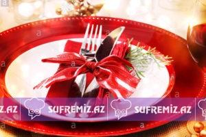 - red and gold themed holiday dinner table setting F0X3N8 300x200 - Yeni il üçün süfrə bəzəkləri